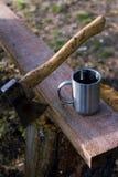 Té de la taza de la hoguera y del hacha fuera de la naturaleza Imagenes de archivo