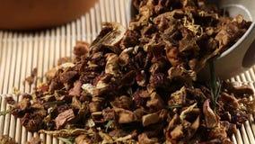 Té de los frutos secos de la manzana, del limón y de la fresa en taza de té en la cacerola de bambú de la cámara de la estera almacen de video