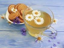 té de manzanilla, refresco del desayuno de la galleta del aciano en un fondo de madera Fotos de archivo