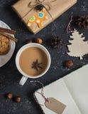 Té de Masala y decoraciones de la Navidad, regalos y galletas Imagen de archivo