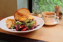 Té de tarde de la hamburguesa con café Fotografía de archivo