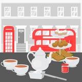 Té de tarde en Londres, bandeja con los scones Té de la crema de Devonshire en café británico Cabina roja del autobús y de teléfo libre illustration