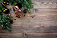 Té del invierno con agrios cerca de conos spruce de la rama y del pino en copyspace de madera oscuro de la opinión superior del f Imágenes de archivo libres de regalías