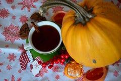 Té del invierno con las decoraciones de la Navidad del cinamon Foto de archivo libre de regalías