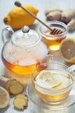 Té del jengibre con la miel y el limón en la tabla de madera Imagenes de archivo