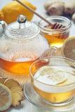 Té del jengibre con la miel y el limón en la tabla de madera Imagen de archivo libre de regalías