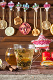 Té del jengibre con las especias, la miel, el canela, el limón y frutos secos fotografía de archivo