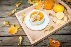 Té del jengibre del otoño que se calienta con la miel y el limón Foto de archivo