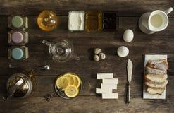 Té del limón y caramelo de la fruta en la tabla de madera Foto de archivo libre de regalías