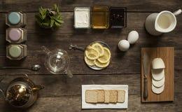 Té del limón y caramelo de la fruta en la tabla de madera Imagenes de archivo