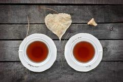 Té del otoño para dos en las tazas blancas del vintage en la madera Foto de archivo libre de regalías