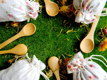 Té e hierbas en bolsos La visión desde la tapa El fondo para la cocina Imágenes de archivo libres de regalías