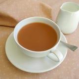 Té en la taza de té blanca Imagen de archivo