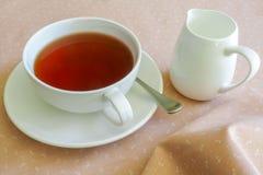 Té en la taza de té blanca Fotos de archivo libres de regalías