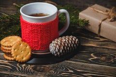 Té en la taza y la decoración blancas de la Navidad Imagen de archivo