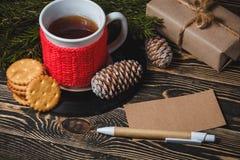 Té en la taza y la decoración blancas de la Navidad Foto de archivo libre de regalías