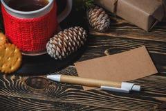 Té en la taza y la decoración blancas de la Navidad Imagenes de archivo