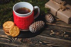 Té en la taza y la decoración blancas de la Navidad Foto de archivo