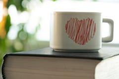 Té en pequeña taza en la tabla fotografía de archivo libre de regalías