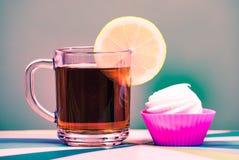 Té en taza con el limón aislado en el fondo blanco Foto de archivo
