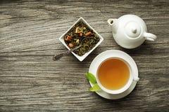 Té en taza con la colección seca del té Foto de archivo
