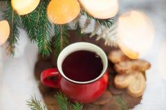 Té en un círculo rojo en el ` s Eve del Año Nuevo Motivos del ` s del Año Nuevo Fotos de archivo