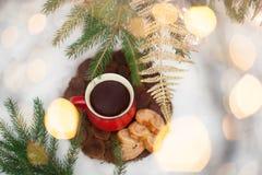 Té en un círculo rojo en el ` s Eve del Año Nuevo Motivos del ` s del Año Nuevo Imagenes de archivo