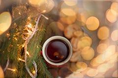 Té en un círculo rojo en el ` s Eve del Año Nuevo Motivos del ` s del Año Nuevo Foto de archivo libre de regalías