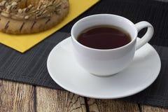 té en una taza blanca Fotografía de archivo libre de regalías