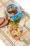 Té floral herbario con las flores y la miel de la manzanilla Imagen de archivo libre de regalías