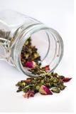 Té floral verde seco que vierte del tarro Imagen de archivo libre de regalías