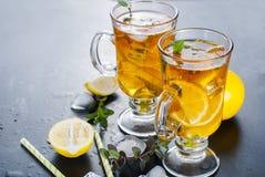 Té frío con el limón, la menta y el hielo Foto de archivo libre de regalías