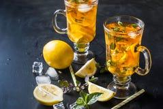 Té frío con el limón, la menta y el hielo Foto de archivo