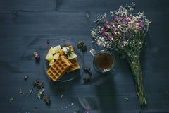 Té fragante y galletas del desayuno delicioso con la fruta Fotografía de archivo