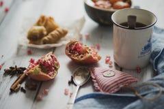 Té, fruta, tela en fondo de madera Fotografía de archivo