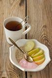 Té, harina de avena, manzanas y yogur Fotografía de archivo libre de regalías