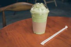 Té helado del latte de Matcha en la tabla de madera foto de archivo libre de regalías