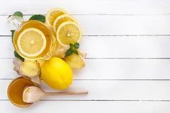 Té, limón, jengibre, miel y menta en los tableros blancos Visión desde arriba Fotografía de archivo libre de regalías