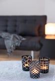 Té-luces que adornan la sala de estar con el sofá gris Imagen de archivo libre de regalías
