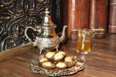 Té marroquí con los pasteles. Fotografía de archivo libre de regalías