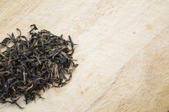 Té negro chino en cierre de madera del fondo para arriba Fotografía de archivo