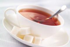 Té negro con el azúcar blanco Fotografía de archivo