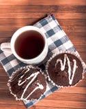 Té negro con las tortas Foto de archivo libre de regalías