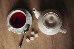 Té negro con los cubos del azúcar fotografía de archivo