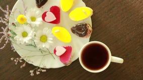 Té negro en tazas almuerzo tabla con una bebida y un postre Visión desde arriba almacen de video