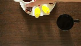 Té negro en tazas almuerzo tabla con una bebida y un postre Visión desde arriba metrajes