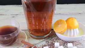 Té negro, exprimidor manual con los limones Un jarro de té negro y cubos del azúcar almacen de video