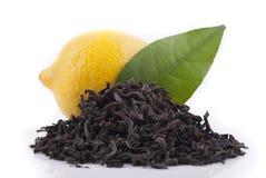Té negro, limón y pasto verde Imagenes de archivo