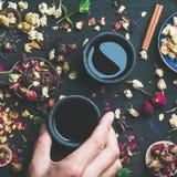 Té negro y cucharas chinos con las hierbas y los brotes Imagenes de archivo