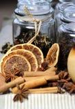Té, palillos de cinamomo y naranja seca Imágenes de archivo libres de regalías